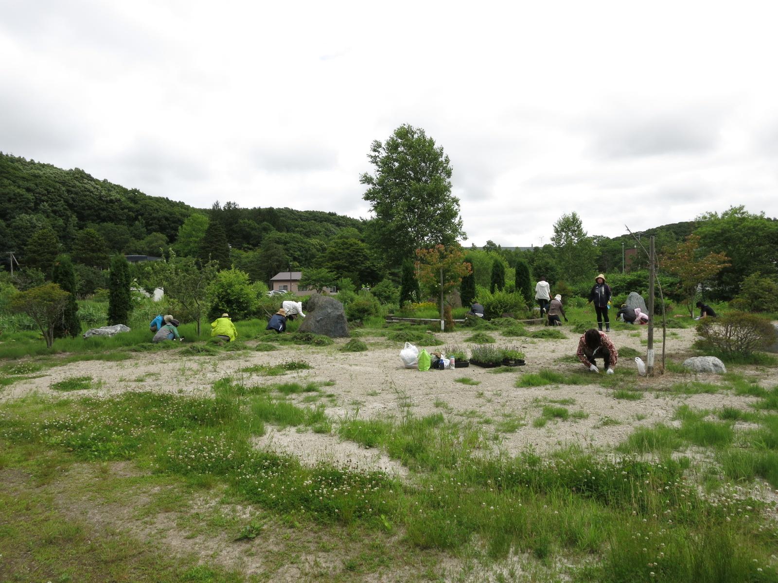 島松沢旧駅逓所付近の広場の草刈作業を終えました。